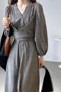 邮多多淘宝集运转运【奥利奥】黑白格子V领连衣裙女2021秋收腰绑带长款裙子